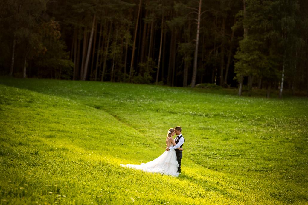 Trash the dress in Alpe di Siusi - sposi nel prato