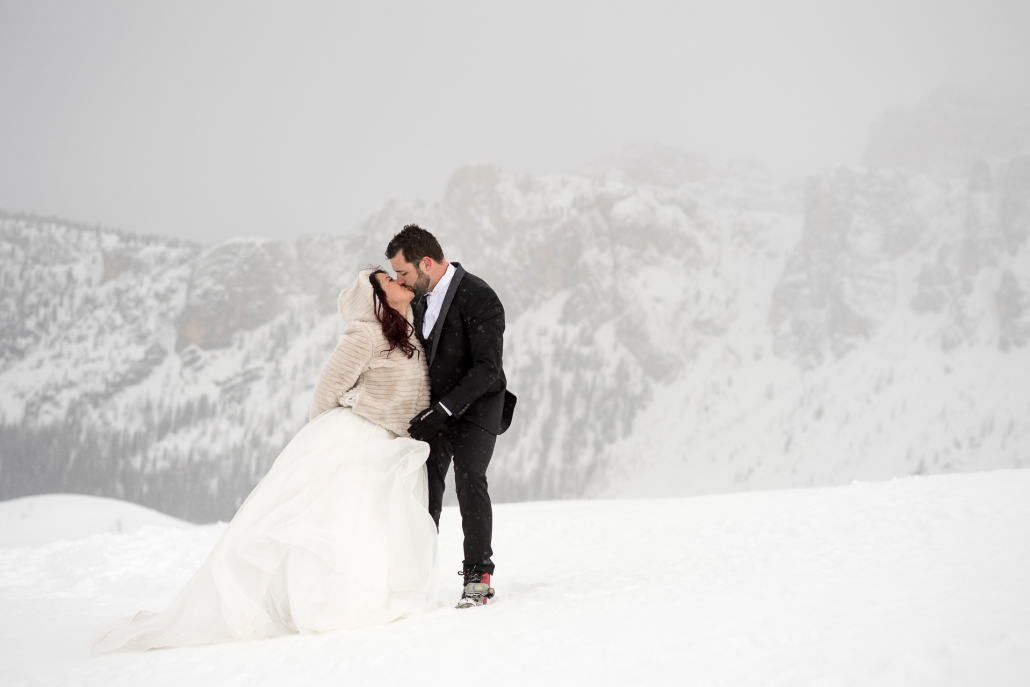 Trash the dress a Passo Giau - bacio nella nebbia
