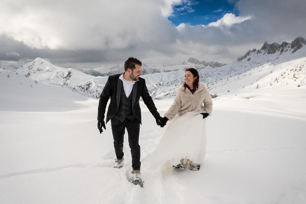 Trash the dress a Passo Giau - sposi a mano nella neve