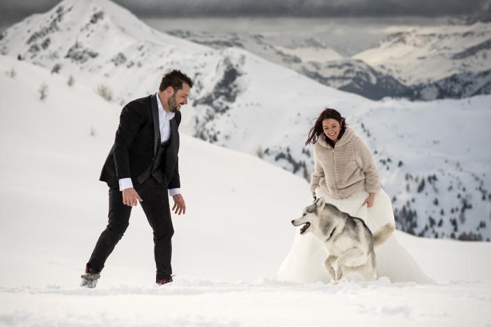 Trash the dress a Passo Giau - sposi giocano col cane