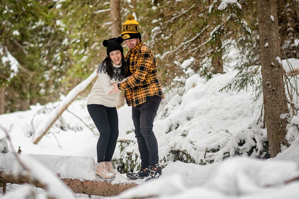 servizio fotografico di coppia in Val di Funes - sposi si spingono nella neve
