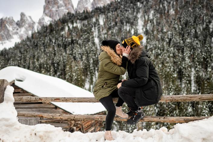 engagement in Val di Funes - bacio sulla staccionata