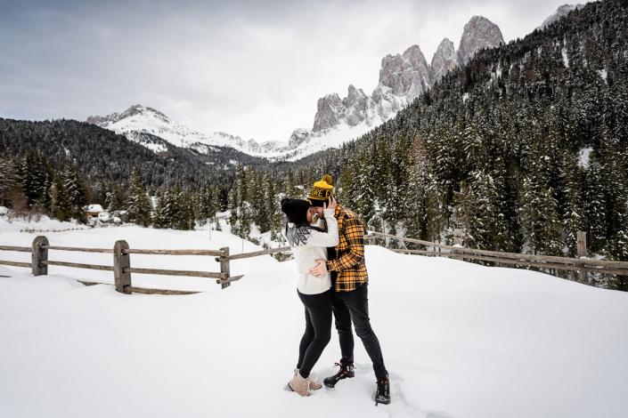 servizio fotografico di coppia in Val di Funes - coppia di abbraccia nella neve