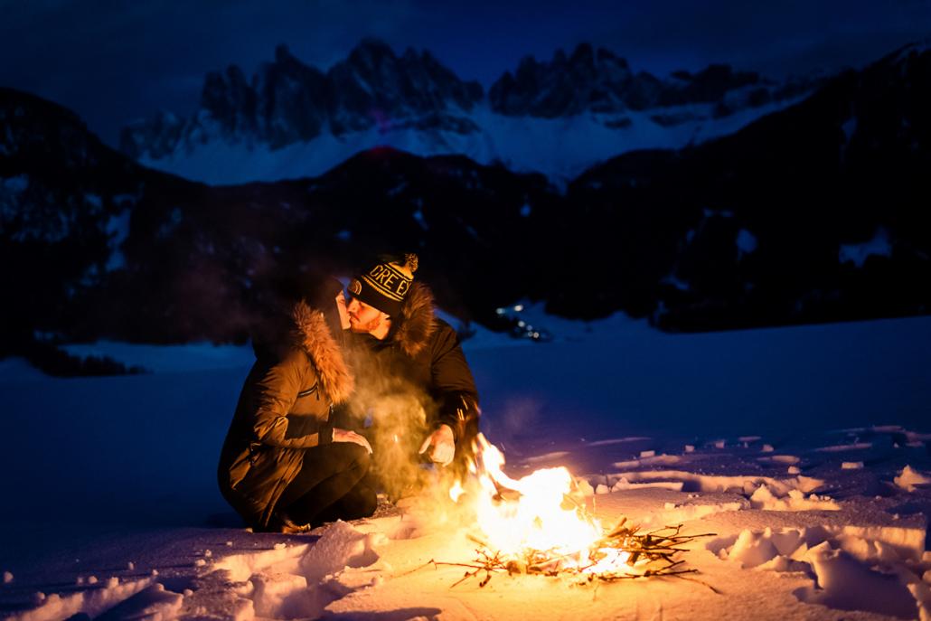 engagement in Val di Funes - coppia con falò nella neve