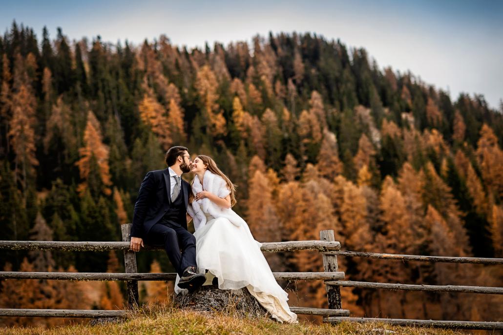 Trash the dress in Val Badia - sposi sullo steccato
