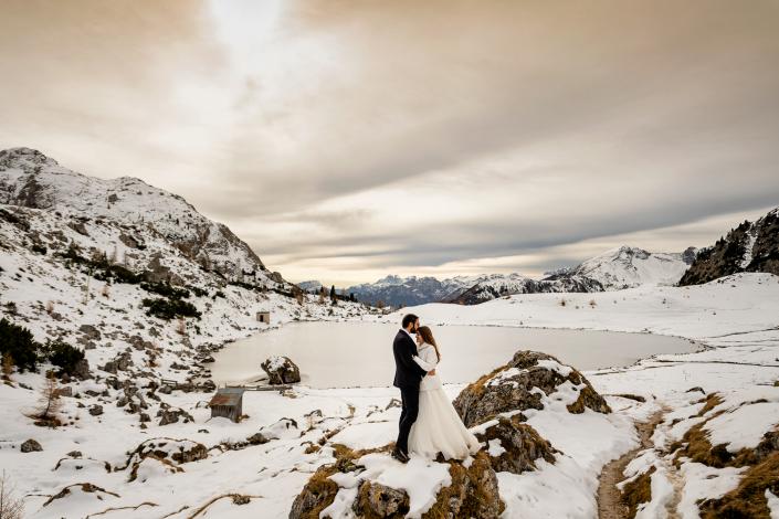 Trash the dress in Val Badia - sposi al lago ghiacciato