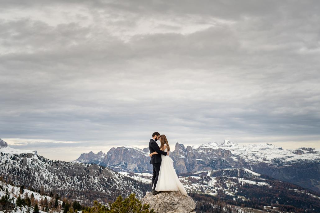 Trash the dress in Val Badia - sposi sopra un sasso