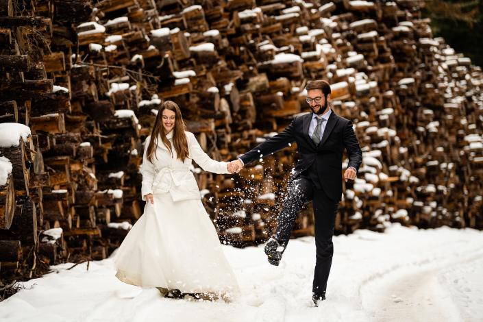 Trash the dress in Val Badia - sposi calciano la neve