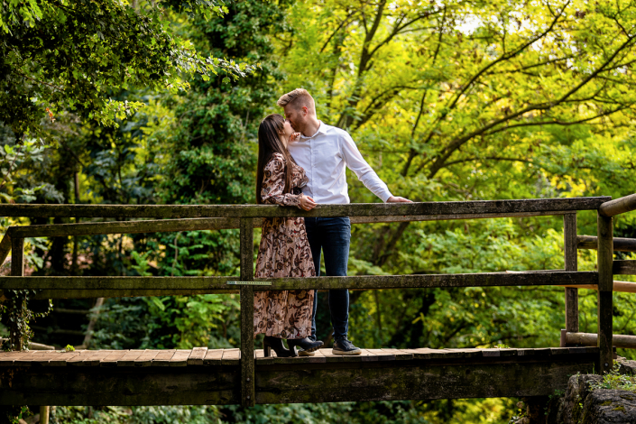 servizio fotografico di coppia in Valle dei molini a Mossano - coppia su ponte di legno