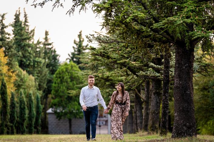 servizio fotografico di coppia in Valle dei molini a Mossano - coppia cammina nel parco