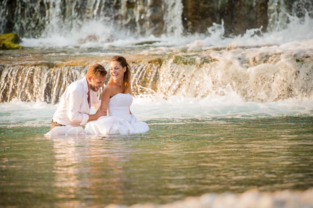 Trash the dress nel fiume Astico - sposi ridono