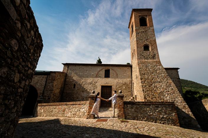 engagement ad Arquà Petrarca - coppia davanti ad una chiesa