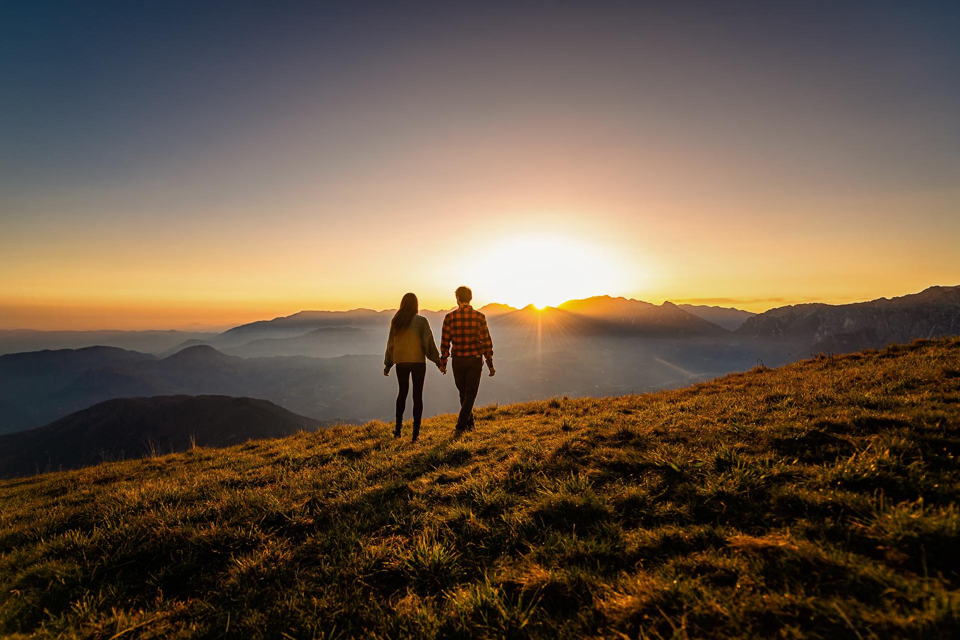 servizio fotografico coppia - innamorati a mano al tramonto